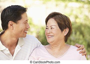 donna senior, con, adulto, figlio, in, giardino