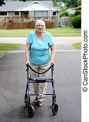 donna senior, con, camminatore