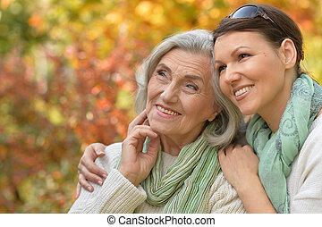 donna senior, con, figlia
