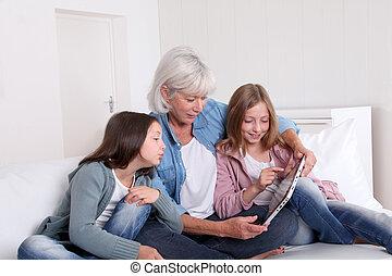 donna senior, con, grandkids, gioco, con, touchpad