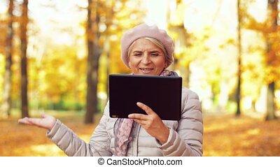 donna senior, con, pc tavoletta, a, estate, parco