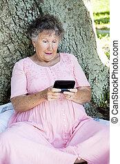 donna senior, confuso, vicino, texting