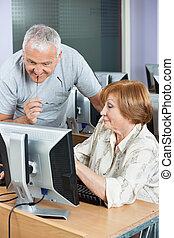 donna senior, esposizione, qualcosa, a, compagno classe, su, monitor computer