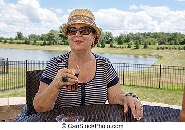donna senior, godere, uno, bevanda, fuori