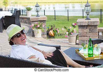 donna senior, godere, uno, bevanda, su, il, terrazzo