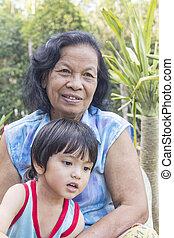 donna senior, insieme, nipote