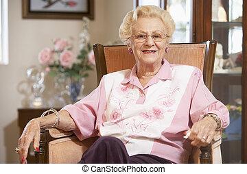 donna senior, sedia, rilassante