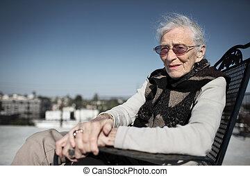 donna senior, sorridente