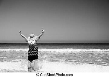 donna senior, spiaggia