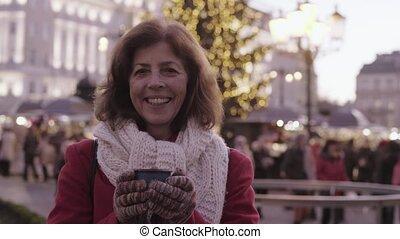 donna senior, su, un, esterno, natale, market.