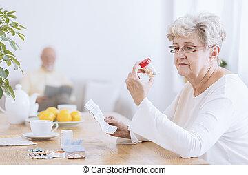 donna senior, tavolette, triste