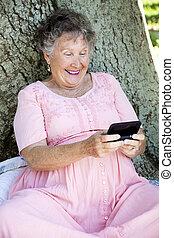 donna senior, texting