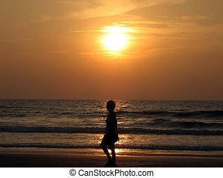 donna, silhouette, a, spiaggia tramonto
