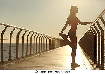 donna, silhouette, esercitarsi, stiramento, su, uno, ponte