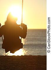 donna, silhouette, oscillazione, a, tramonto, spiaggia