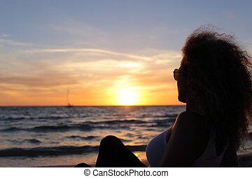 donna, silhouette, osservare, uno, tramonto, in, ibiza