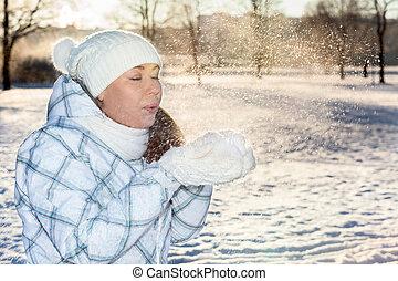 donna, soffiando, su, neve, in, mani, con, manopole