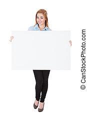 donna sorridente, cartellone, presa a terra