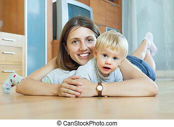donna sorridente, con, bambino primi passi, su, pavimento legno