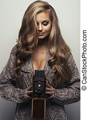 donna sorridente, con, macchina fotografica