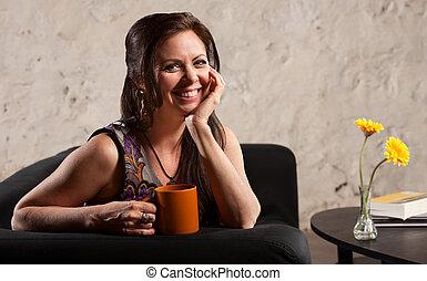 donna sorridente, con, tazza