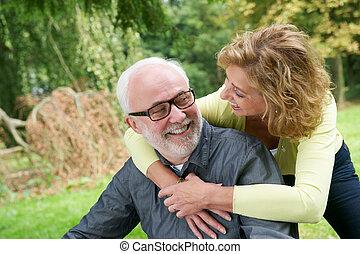 donna sorridente, fuori, uomo, più vecchio