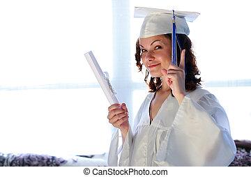 donna sorridente, giovane, laureato