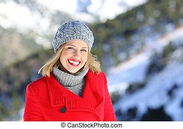 donna sorridente, guardando, lei, in, inverno
