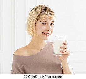 donna sorridente, latte, bere, giovane