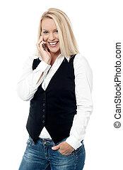 donna sorridente, parlare, su, il, telefono cellulare