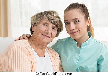 donna sorridente, vecchio, carer