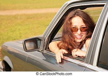 donna, sorrisi, detenere, girato, indietro, macchina, finestra
