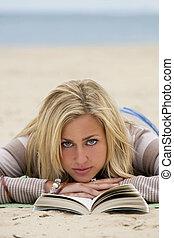 donna, spiaggia, lettura