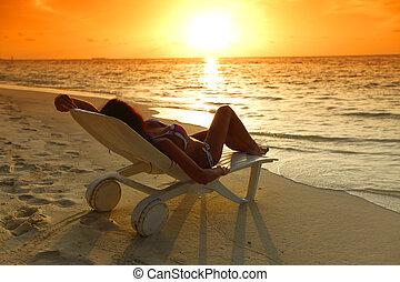 donna, spiaggia, rilassante, chaise-lounge