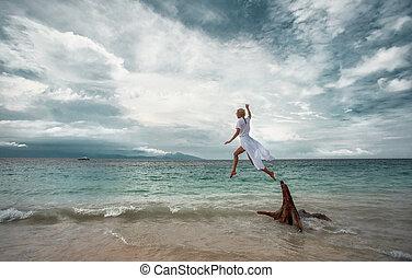 donna, spiaggia, saltare
