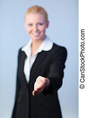 donna, stretta di mano, offerta