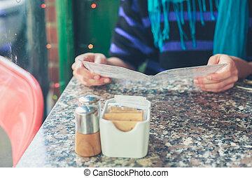 donna, studiare, menu, in, uno, caffè