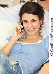 donna, su, divano, con, cellphone