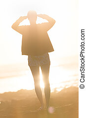 donna, su, spiaggia sabbiosa, osservare, sunset.