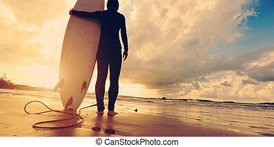 donna, surfboard, giovane, surfer, retro, spiaggia bianca, alba, vista