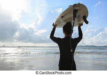 donna, surfboard, giovane, surfer, spiaggia bianca, vista posteriore
