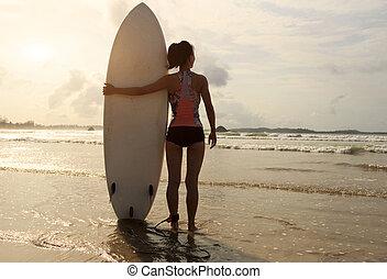 donna, surfboard, giovane, surfer, spiaggia, vista posteriore