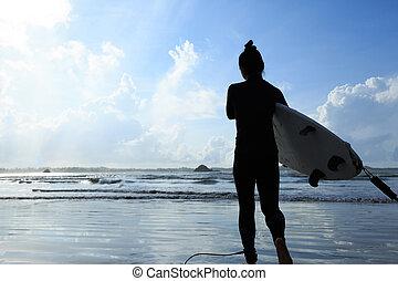 donna, surfboard, surfer, spiaggia bianca, vista posteriore