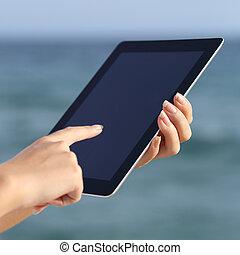 donna, tavoletta, mani, curiosare, su, presa a terra, digitale, chiudere, spiaggia