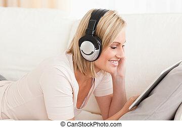 donna, tavoletta, osservare, film, su,  computer, chiudere