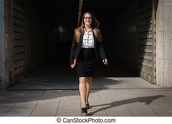 donna, tavoletta, tunnel, pc, camminare, sorridente, fuori