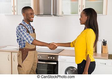 donna, tecnico di assistenza, handshaking