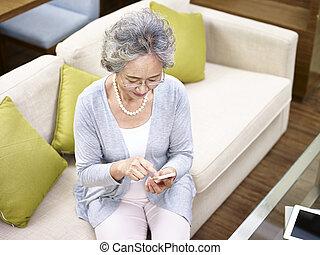 donna, telefono mobile, asiatico, usando, anziano