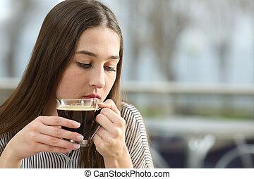 donna triste, pensare, in, uno, negozio caffè