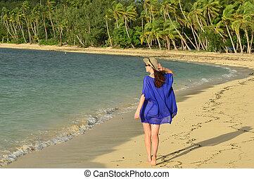 donna, turista, spiaggia, tropicale, camminare, lungo, figi